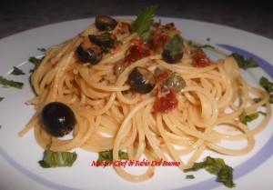 Bucatini con Olive Nere, Capperi e Pomodori Secchi Sottolio