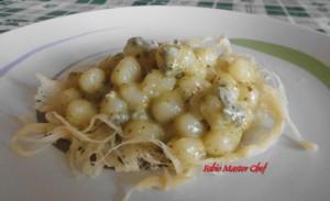 Gnocchetti con Gorgonzola Dolce Mauri e Pesto di Pistacchio di Bronte su Cestino di Parmigiano